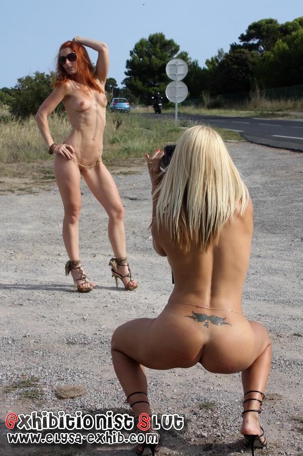 Photo nue au bord de la route