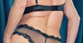 belle-femme-cougar-nue-blonde-lingerie-top