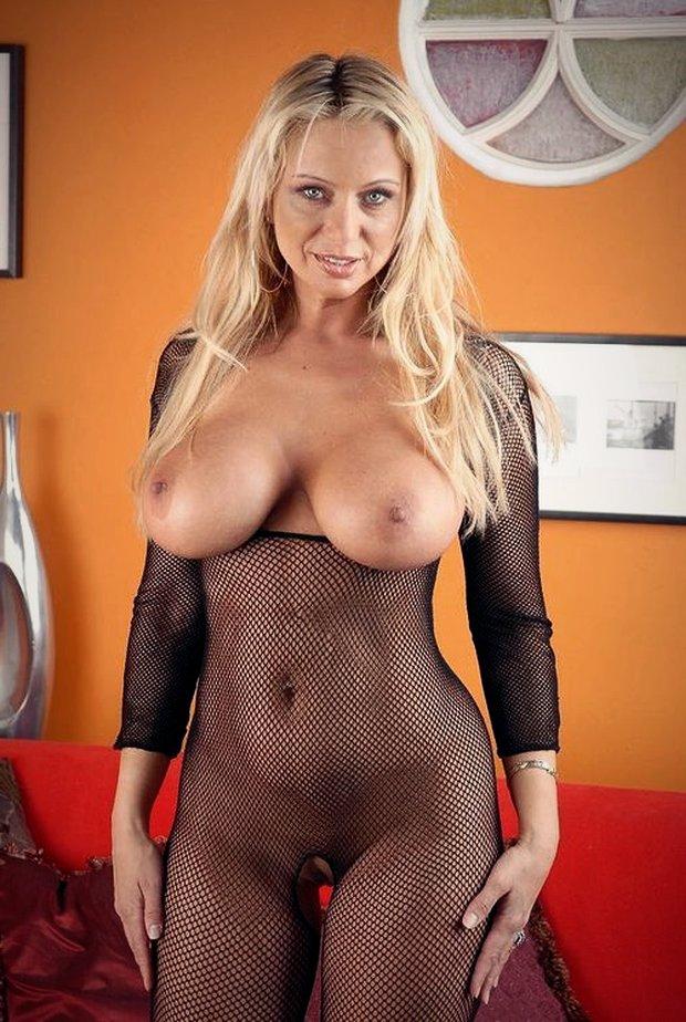 Cougar nue en mode j'ai envie de baiser