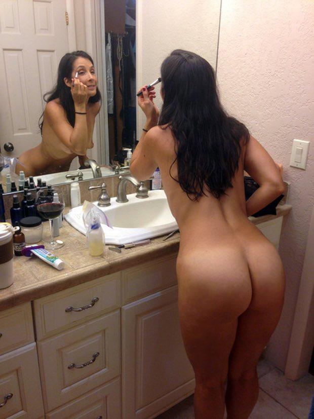 Une cougar à paris avec une femme sexy et nue dans son hôtel