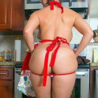 femme-ronde-nue-en-cuisine-grosses-fesses