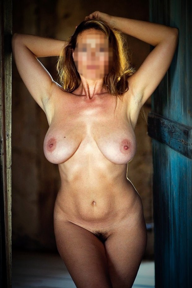 Belle cougar gros seins nue