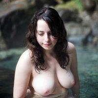 Les gros seins sensuels d'une grosse coquine