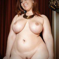 la-jolie-femme-ronde-nue-montre-ses-gros-nichons