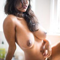 Jolie femme musulmane nue chez elle