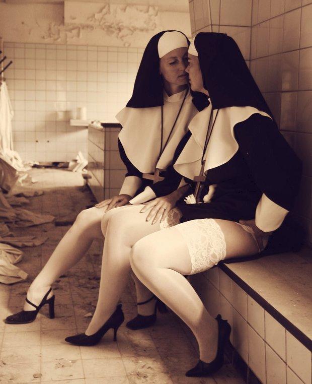 Deux nonnes lesbiennes