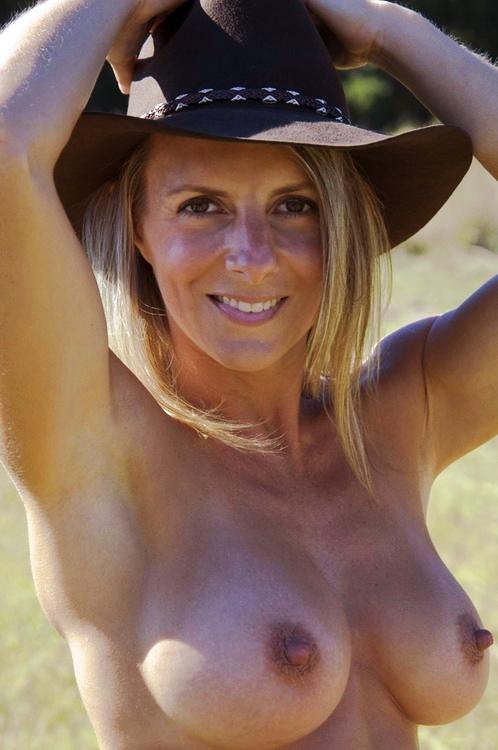 Belle cougar nue et sexy