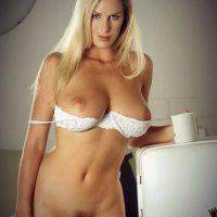 une-cougar-blonde-nue-cherche-un-plan-cul-sur-facebook