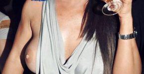 une-femme-infidele-montre-un-sein