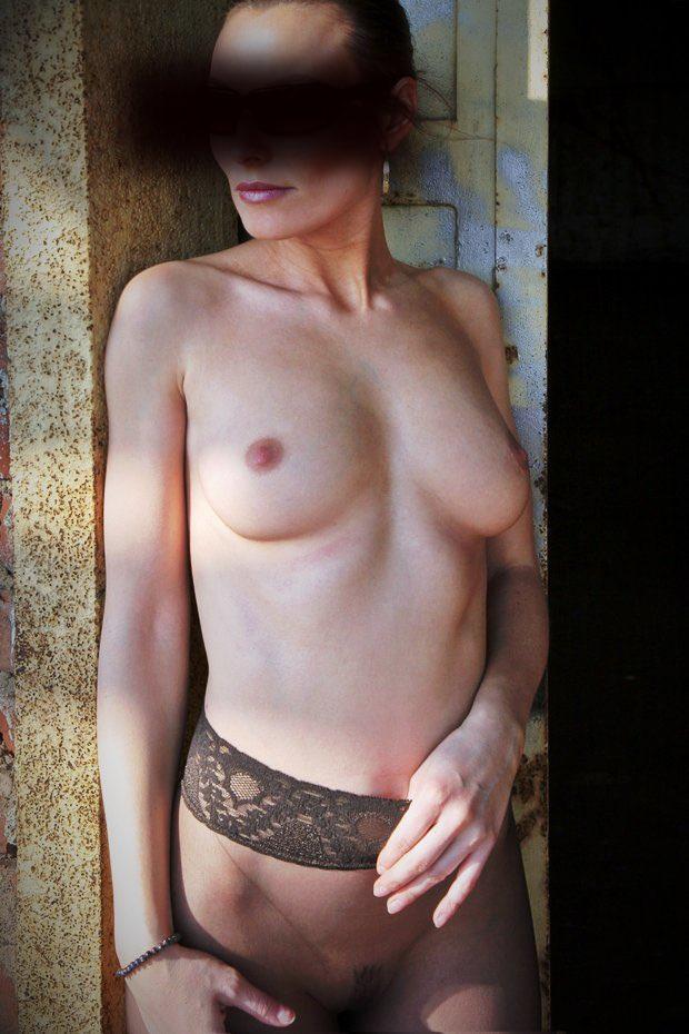 Les petits de la jolie femme mature nue